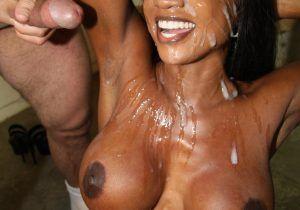 Negra em fotos sexy com ela toda gozada pelos homens dotados